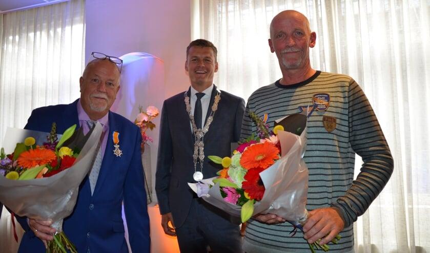 Van links naar rechts: Jack de Jonge, burgemeester Nieuwenhuis en Peter van der Kleij.(foto: Nicole Lamers)