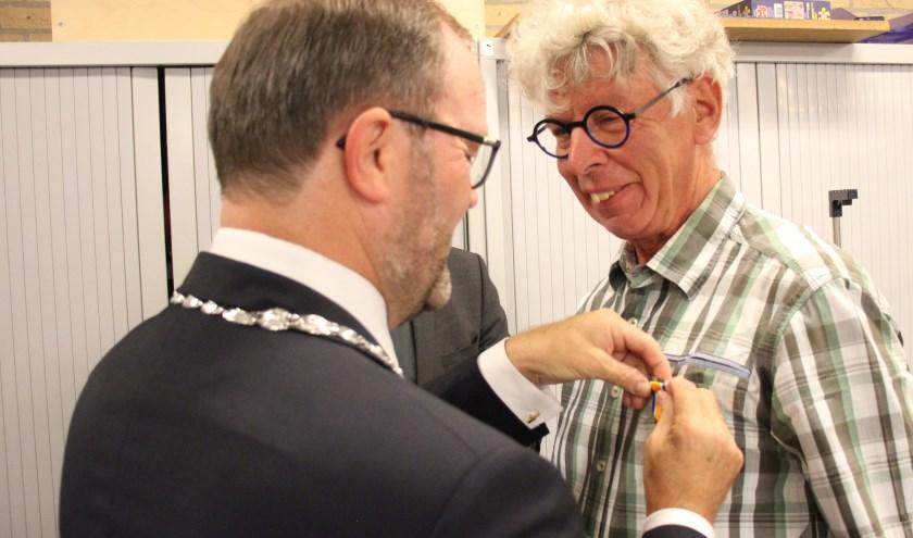De koninklijke blijk van waardering werd Blonk door burgemeester Stoop namens de koning opgespeld. (foto en tekst: Erik van Leeuwen)