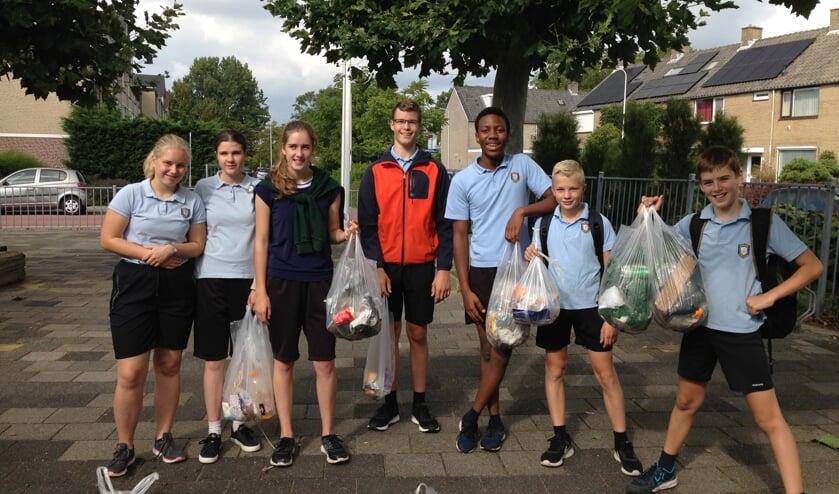 In plaats van gymles, gingen deze leerlingen van De Ceder zwerafval rapen in Boskoop en Waddinxveen. (foto:pr)