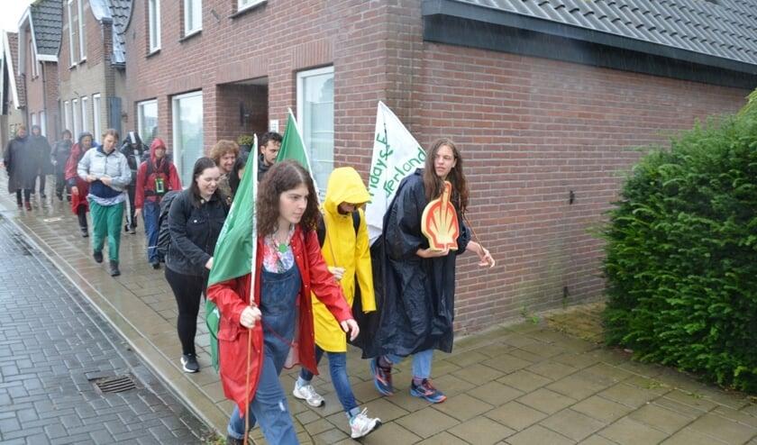 De klimaatstakers kwamen door Waddinxveen, hier wandelen ze op de Zuidkade.