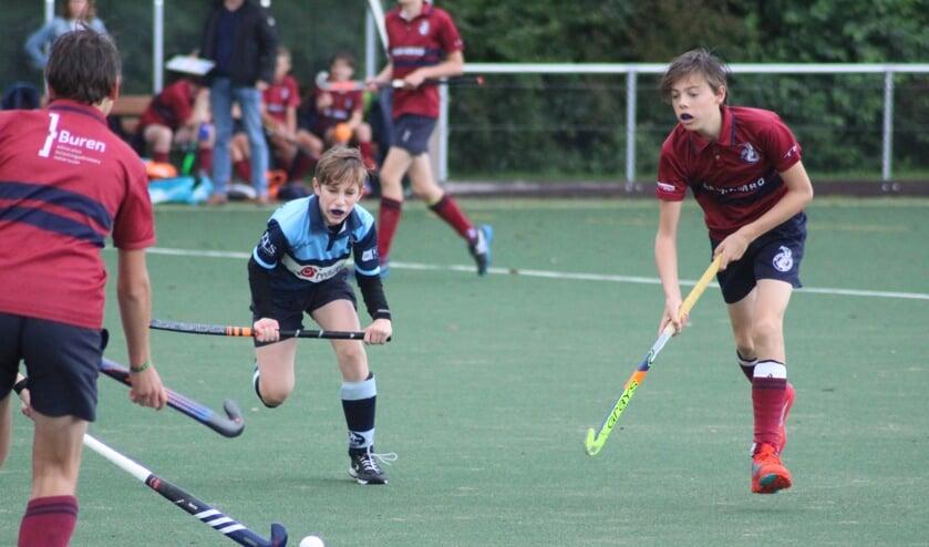 De jeugd van HC Waddinxveen in actie tegen Klein Zwitserland uit Den Haag op het tweede veld.