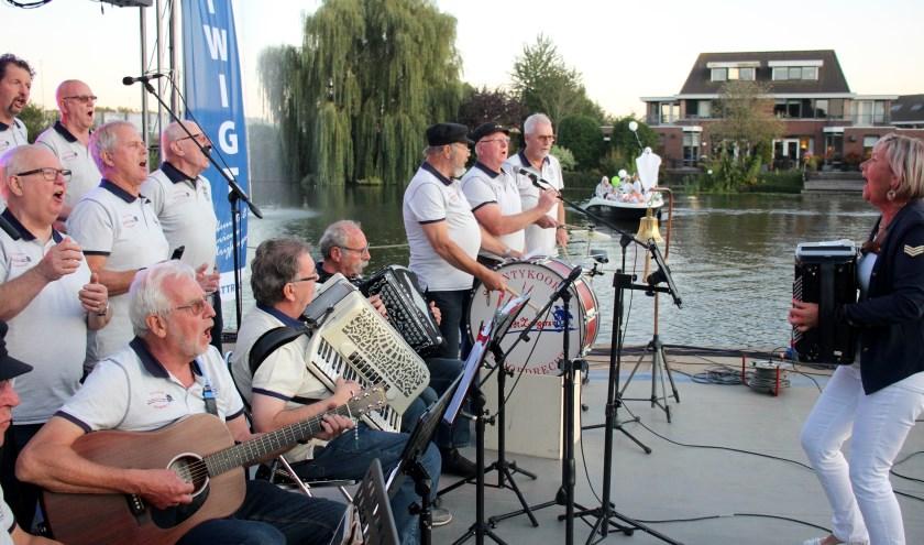 Optredens op een ponton maakten het evenement op en rond het water compleet.