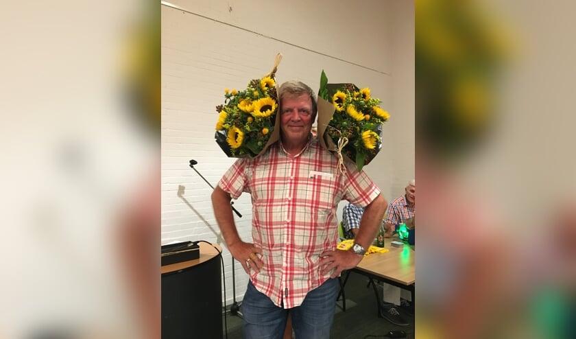 Willem van Oudshoorn werd kampioen van de zomerbridge en werd overladen met bloemen. (foto:pr)