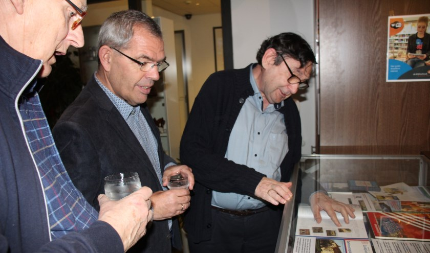 Wethouder Jan Verbeek bekijkt met Johan Knoester (links) en Adri den Boer (rechts) van de HVN de vitrine-expositie. (foto en tekst: Erik van Leeuwen)