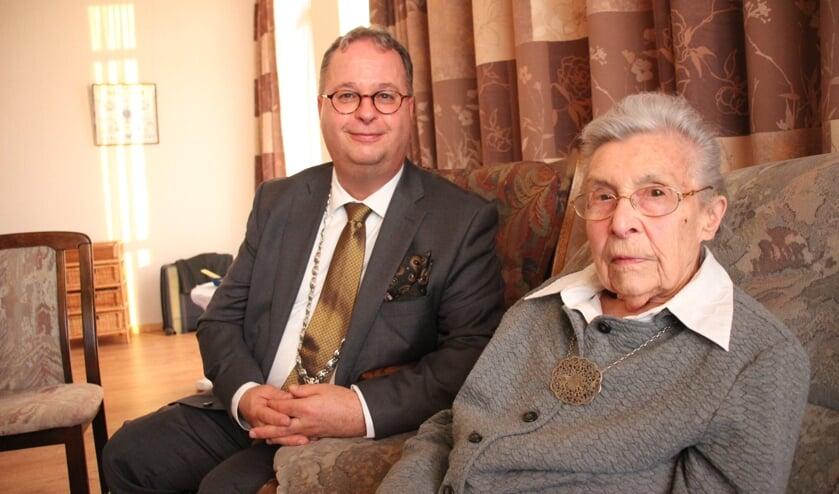 Jo Veldhuizen was de eerste honderdjarige in 2020 die de burgemeester op bezoek kreeg. (foto: Erik van Leeuwen)