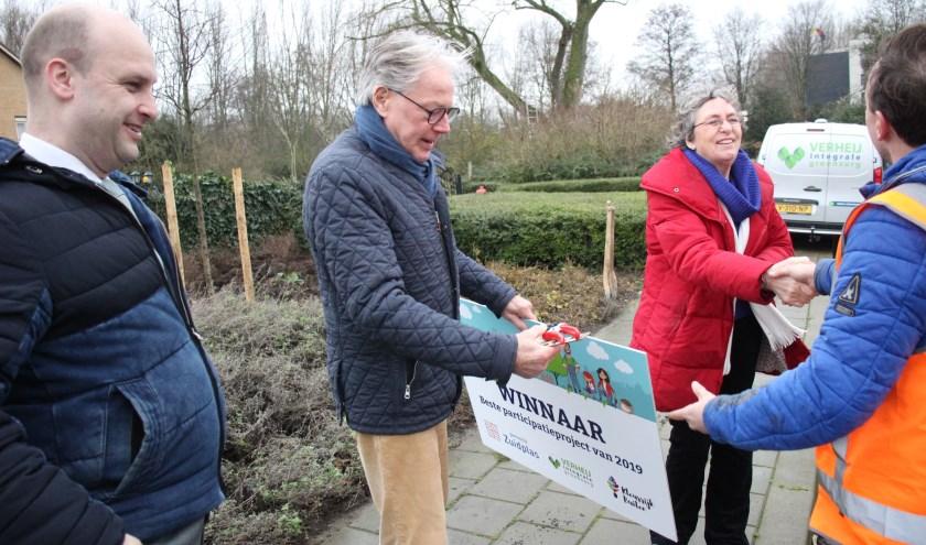 Bewoners Jan Overduin en Inge Klumper werden in aanwezigheid van wethouder Schuurman gefeliciteerd.
