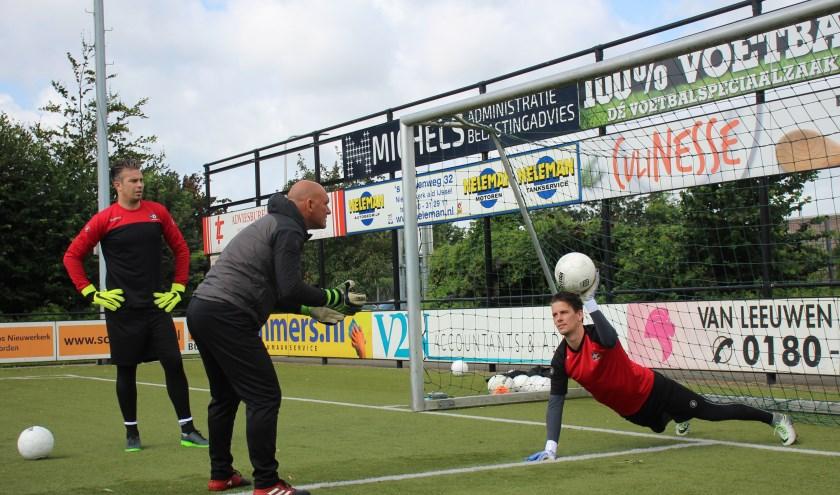 Keeperstrainer Theo Speelmeijer in de weer met Sander Hoffmann, die binnenkort een operatie moet ondergaan. (tekst en foto: Erik van Leeuwen)