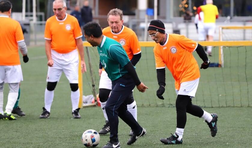 In Moordrecht spelen zo'n veertig 55-plussers Walking Football. (foto en tekst: Erik van Leeuwen)