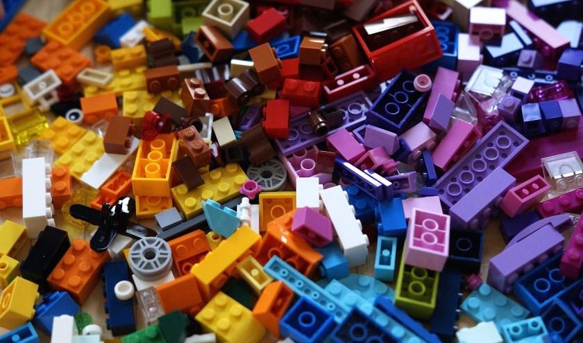 Van de kinderen wordt gevraagd iets te bouwen binnen het thema 'school'.