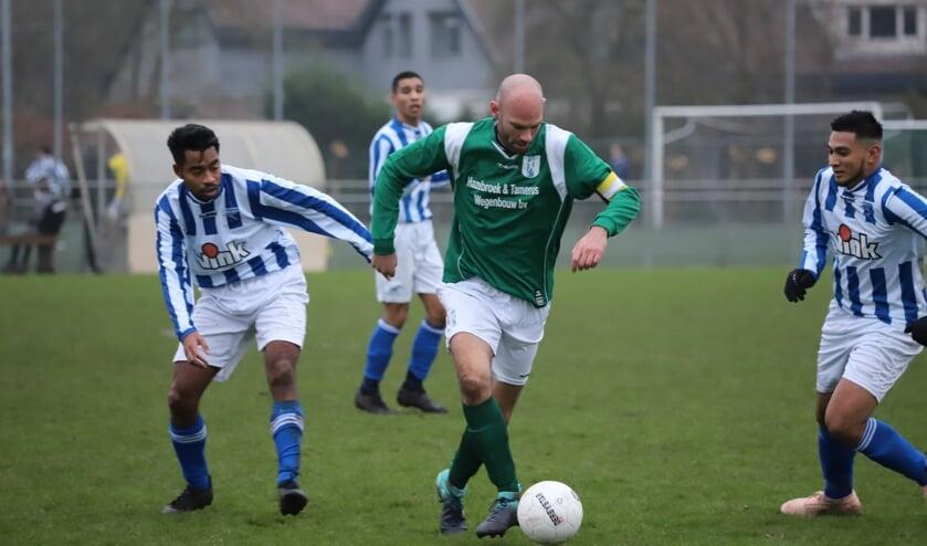 Daniël van den Hoven in de actie in de derby met Moordrecht, die met 2-3 door Moerkapelle werd gewonnen. (archiefbeeld)