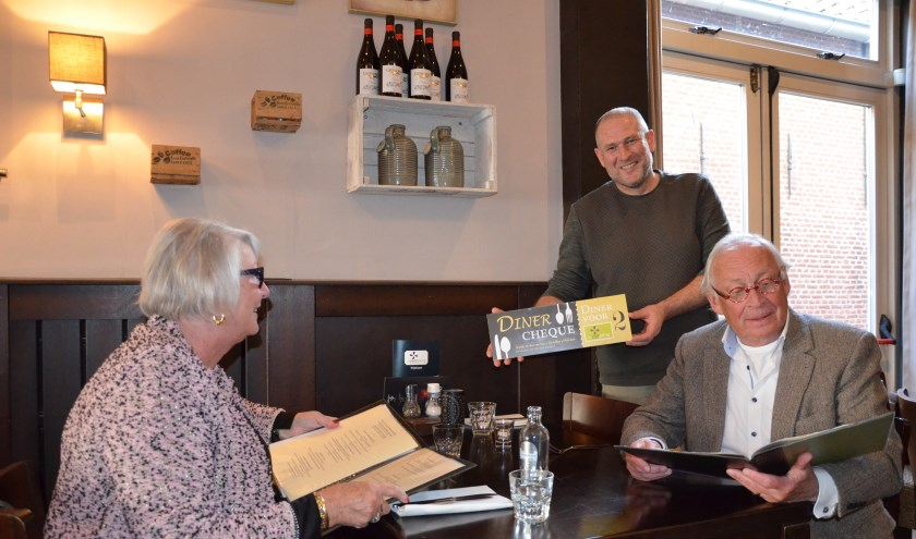 Noortje en Boudewijn van Wel nemen alvast een kijkje in de menukaart van De Viergang.