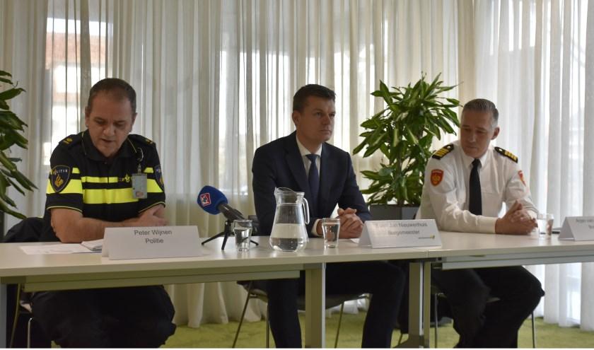 Bij het persgesprek zaten Peter van Wijnen, de burgemeester en brandweerofficier Arjan van de Watering.