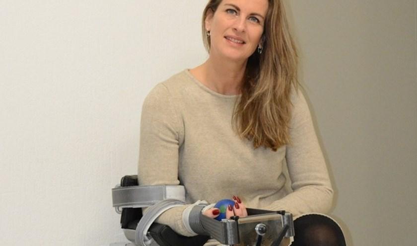 Ingeborg Beuzel bij het Phystrac-apparaat, waarmee al ruim zes jaar uitstekende resultaten worden geboekt.