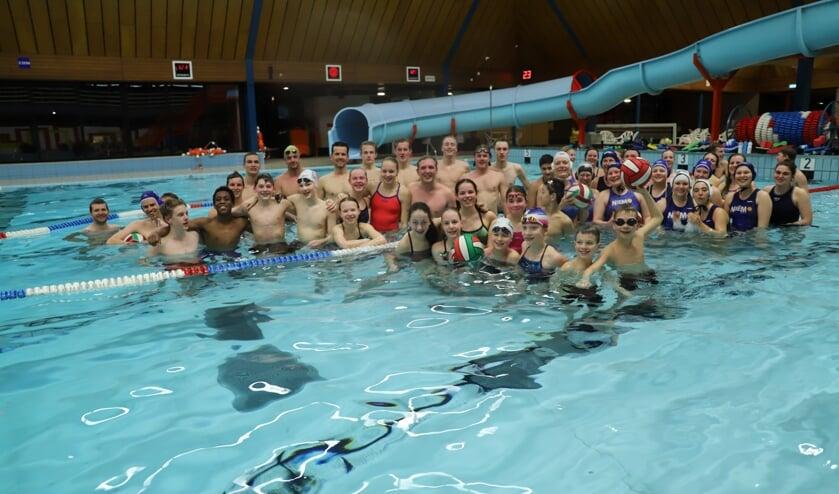 Zwemmers en waterpoloërs van Barracuda in het Polderbad.