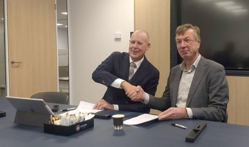 Wethouder Jan Hordijk (links) en Ron de Haas van Mozaïek Wonen.