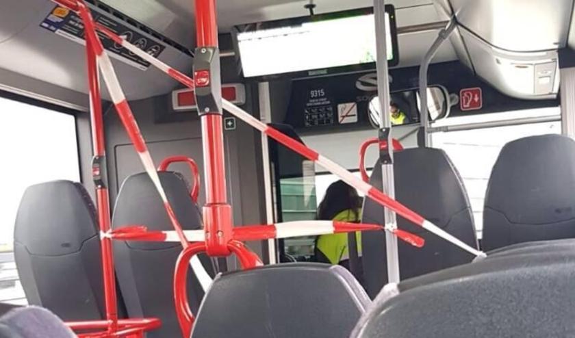 Achterin instappen in de bus, is een van de coronamaatregelen.