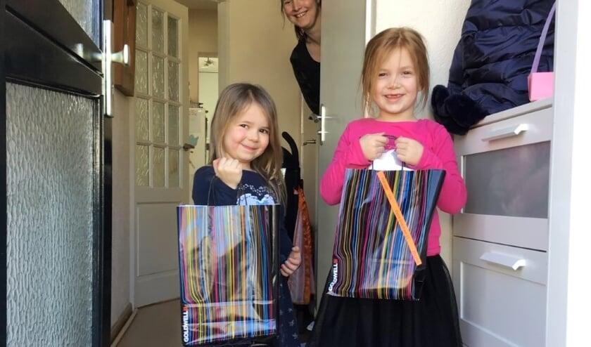 Lisa en Anne ontvingen woensdag een tasje met thuiswerk.