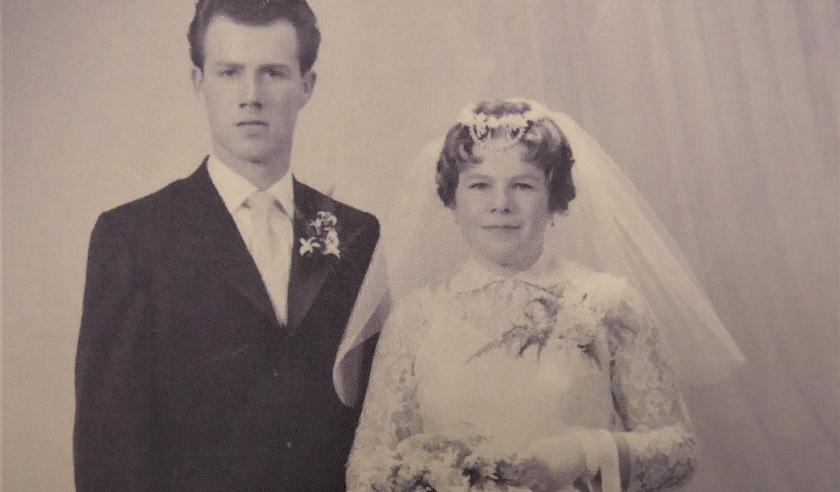 Bertus en Corrie, die elkaar al kennen sinds de basisschool, op hun trouwdag in 1960.