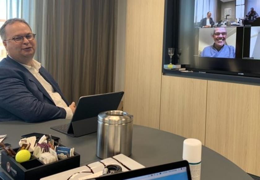 Burgemeester Han Weber alleen in een vergaderkamer, maar toch in conclaaf met de wethouders.
