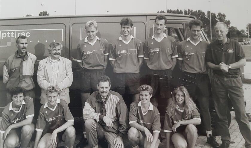 Het CKV Nieuwerkerk uit de jaren negentig met geheel links trainer Ruud van Balkom.