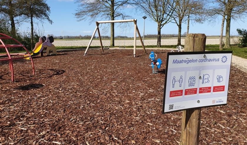 De gemeente heeft bij speeltuinen en trapveldjes bordjes gezet met daarop de coronamaatregelen.