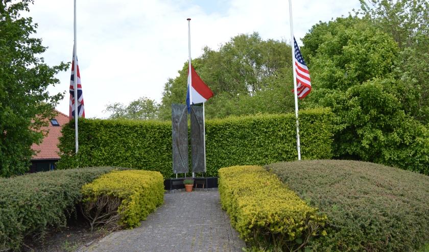 De Nederlandse driekleur en de Amerikaanse en Engelse vlag wapperden woensdag 29 april bij het monument.