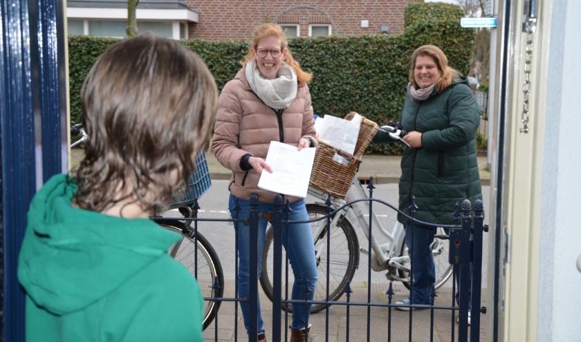 Suzanne Adegeest en Inge Habold brachten al hun leerlingen afgelopen week een bezoekje en meer thuiswerk.