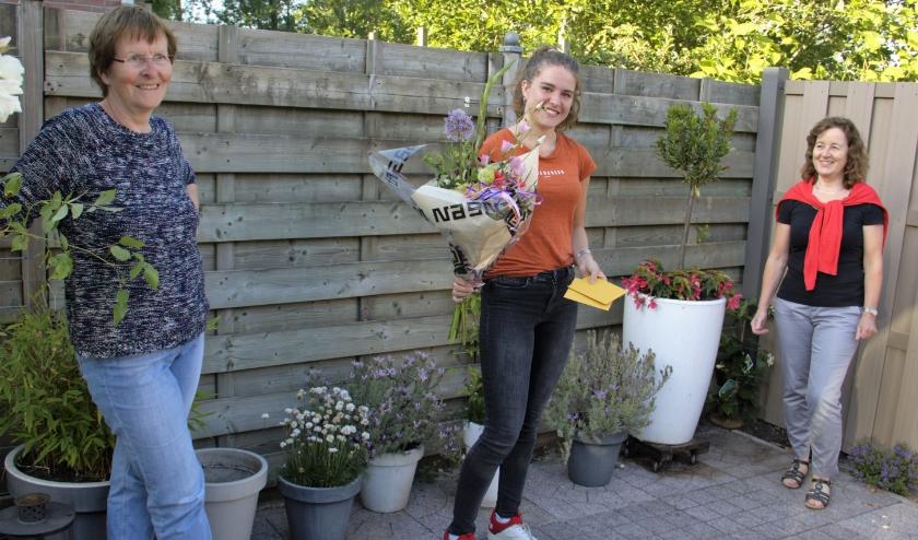 Janita Sloof (midden) werd in de bloemetjes gezet.