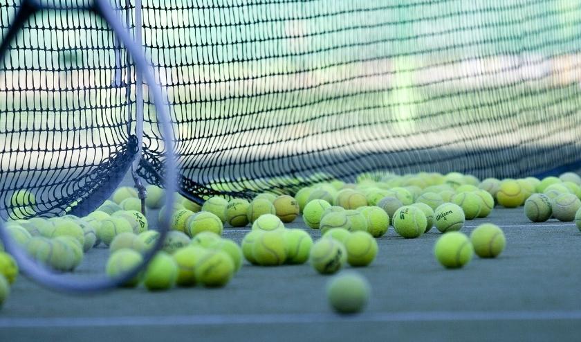De tennisballen stuiteren morgen over het net bij de clinic voor niet-leden.