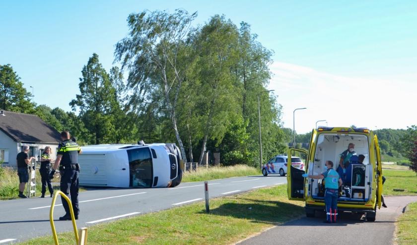 Aan de Zuidelijk Rondweg kantelde een bestelbus met zuurstofflessen waardoor ontploffingsgevaar was. (foto: 112hm.nl)