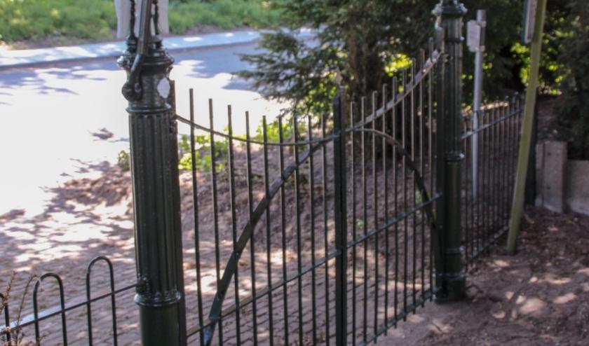 Op de hekpalen staan gevleugelde zandlopers.