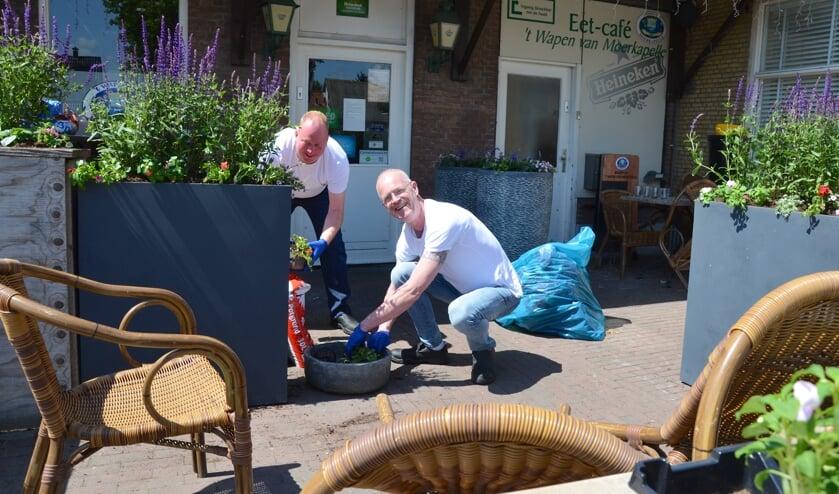 Gert-Jan de Vos en Rob Hielema bezig met de inrichting en aankleding van hun terras. (foto en tekst: Judith Rikken/Erik van Leeuwen)