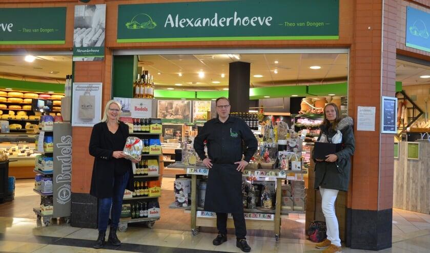 Voor zijn winkel had Theo van Dongen voldoende ruimte om te poseren met twee van de drie winnaars.