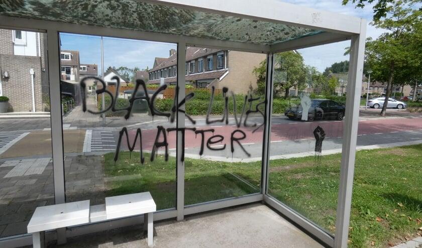De bekladding van de leus tegen racisme zorgde voor discussie via een buurtapp.