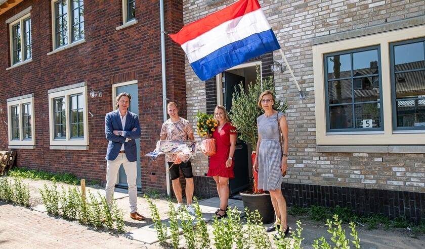 Wethouder Atzema (rechts) en  directeur De Vries van Park Triangel, overhandigden symbolisch de sleutel aan de bewoners van 1000ste woning.