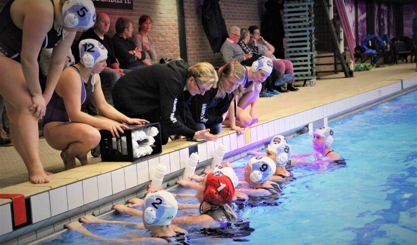 Coach Elly Middendorp geeft De Gouwe-dames aanwijzigingen.