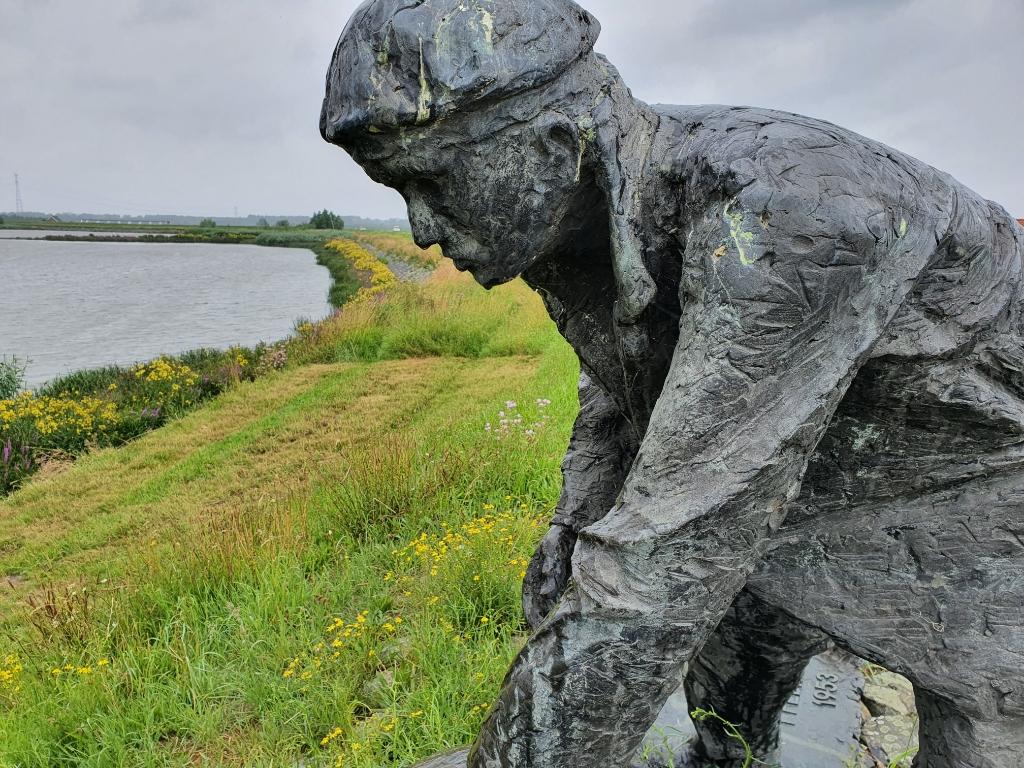 Het monument 'Een dubbeltje op zijn kant' op de Groenendijk. Foto: Judith Rikken © HvH Zuidplas