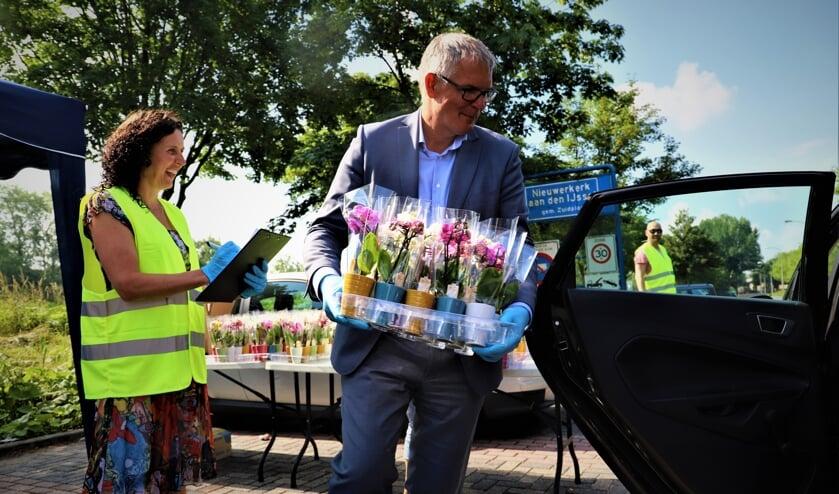 Marije Dirksen en Daan de Haas tijdens de verdeling van de planten vrijdag.