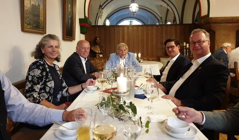 V.l.n.r. Webers echtgenote, burgemeester Brombach van Bückeburg, Aad Stuivenberg, een Duits delegatielid en burgemeester Weber.