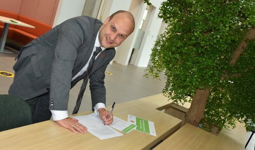 Jan Willem Schuurman kon zijn handtekening zetten dankzij een provinciale subsidie voor de aanleg van de minibossen.