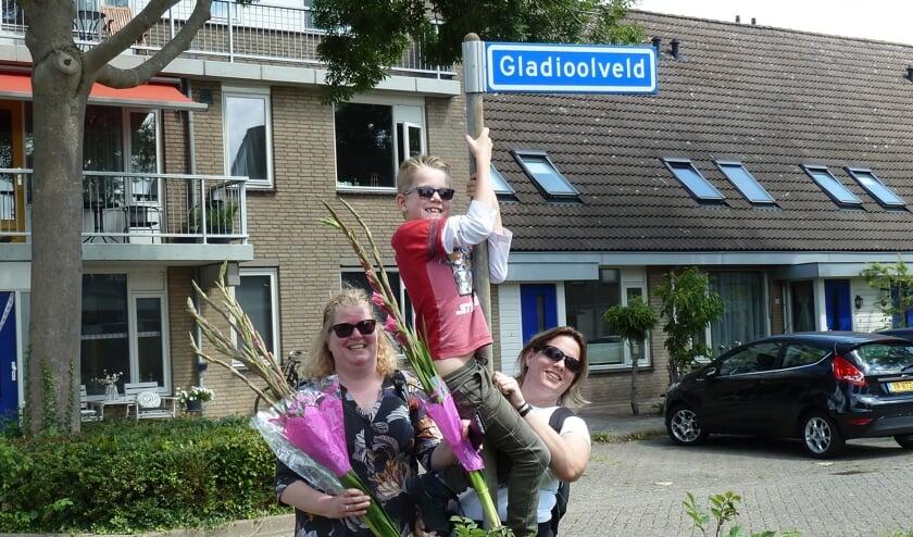 Olga Dijkstra, haar zoon Niels en Marieke Eliasar na veertig kilometer wandelen in vier dagen.
