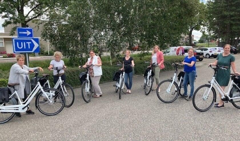 De wijkverplegers van zorgorganisatie Vierstroom bewegen zich voortaan per fiets door het dorp.