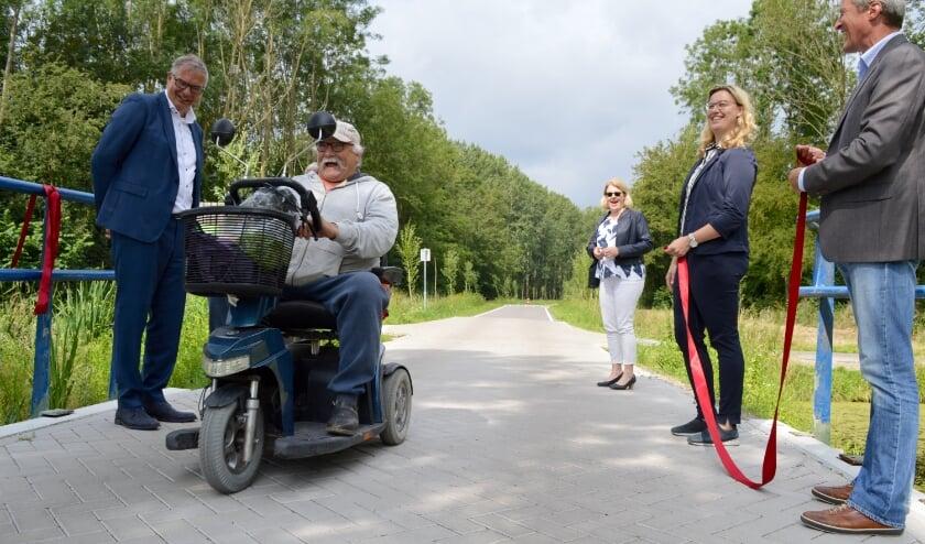 Een regelmatige gebruiker van de weg werd onvoorbereid onderdeel van de openingshandeling.