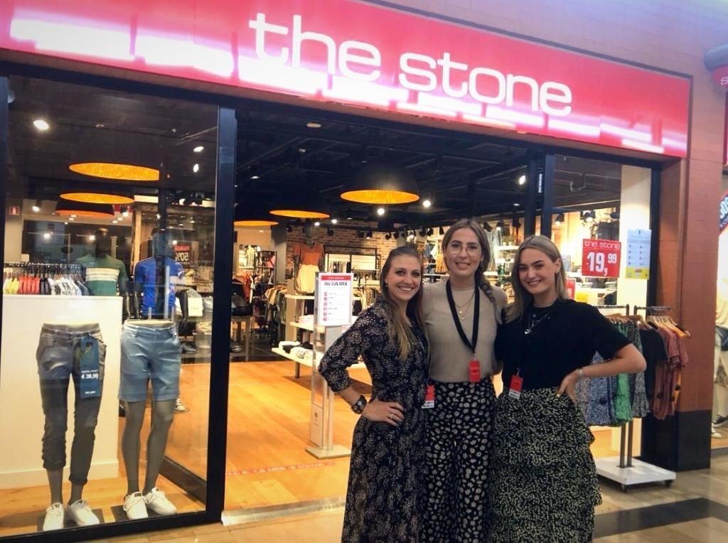 Het team van The Stone. Er hangt nu veel zomerse kleding in vrolijke kleuren in de winkel. Foto: Myriam Dijck © HvH Zuidplas