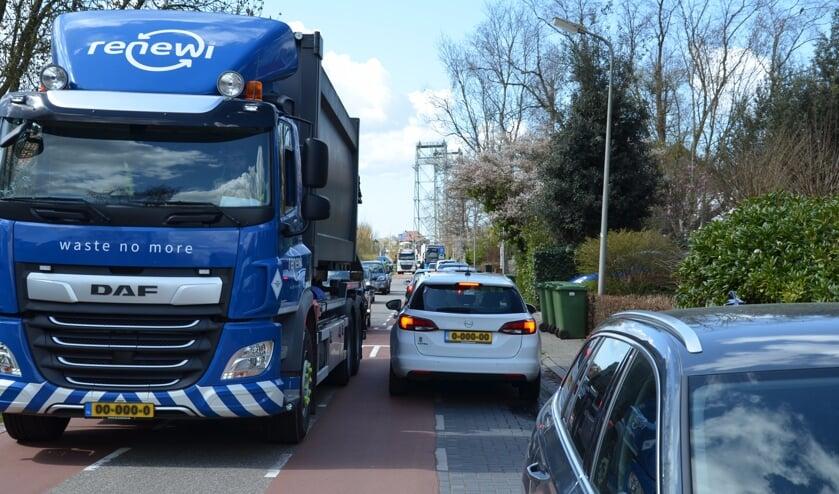 <p>Volgens bewoners rijden er dagelijks zo&#39;n 180 vrachtwagens over de smalle Brugweg.</p>