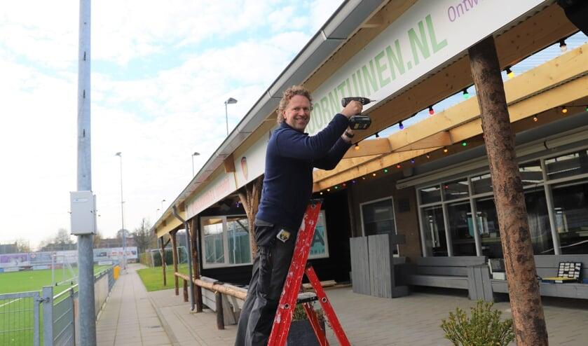 <p>Groeneweg en voorzitter Ed Roos kunnen eindelijk de nieuwe veranda openen.</p>