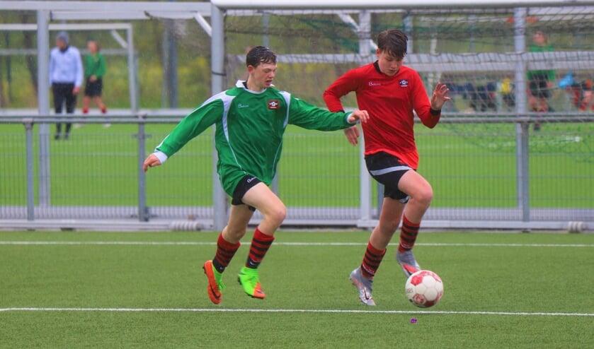Verhitte strijd in de regen tussen twee jeugdteams van Nieuwerkerk.