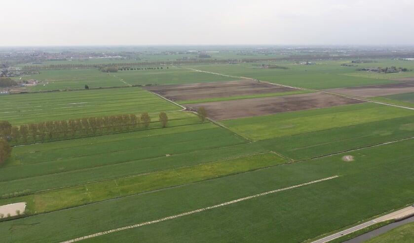 Het centrum van het vijfde dorp komt zo ongeveer op de kruising van de Vierde Tochtweg en de Zuidelijke Dwarsweg, die op de luchtfoto rechtsonder nog een stukje in beeld is.