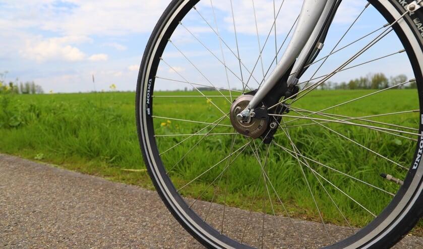 Henk van Dongen ziet al fietsend zijn geliefde woongebied dichtslibben; hij verafschuwt de plannen voor het Vijfde Dorp.