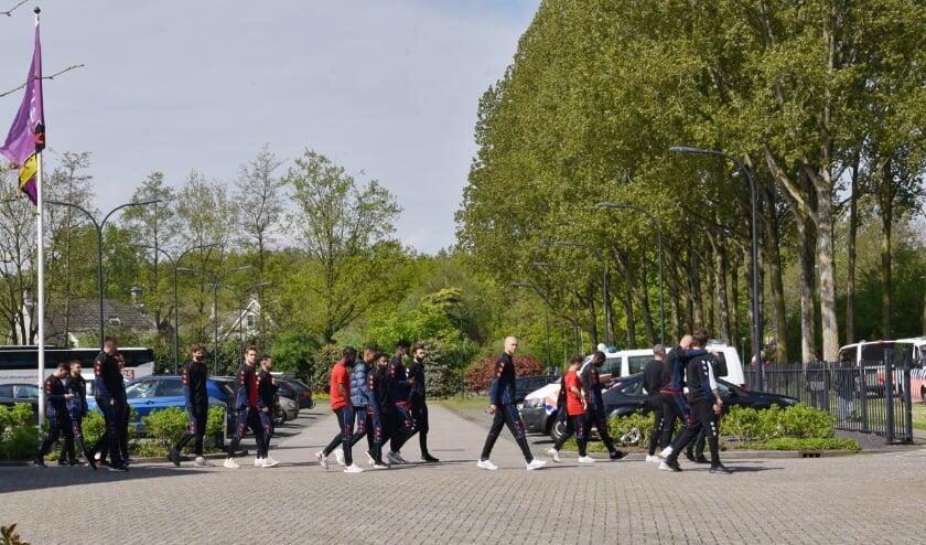 <p>Spelers van Willem II op de parkeerplaats van het hotel, voordat ze afreisden naar Den Haag. (foto: Hendrik Eland)</p>